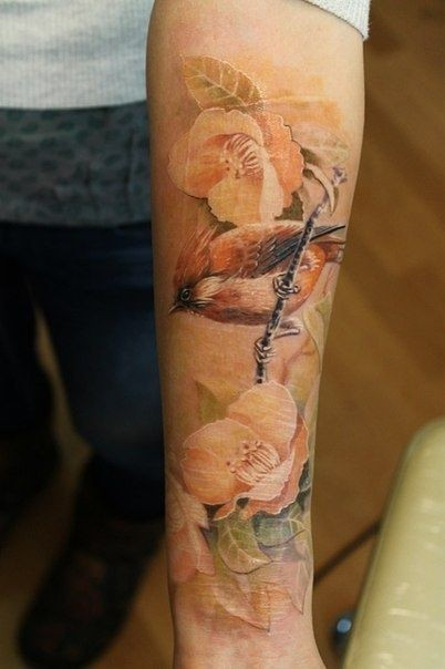 realistico dipinto multicolore uccello con fiori tatuaggio su braccio