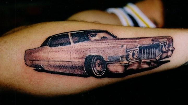 realistico macchina rossa tatuaggio sul braccio