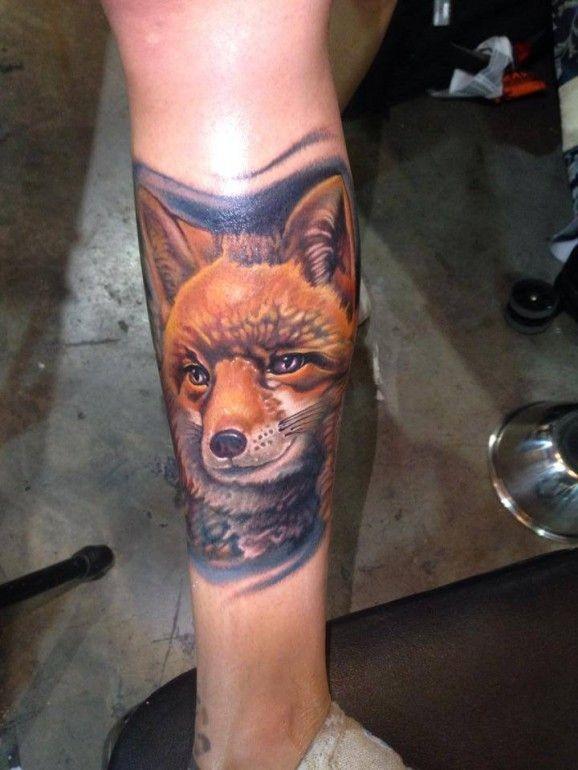 Tatuaggio molto realistico sulla gamba la testa della volpe