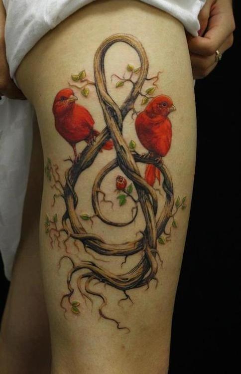 due uccelli rossi con amore su albero segno musicale tatuaggio