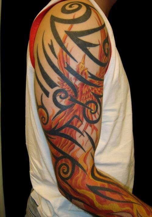 Tatuaggio grande sul braccio l&quotuccello giallo rosso & i disegni tribali