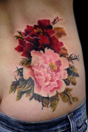 rosa rosso fiori peone tatuaggio su costolette