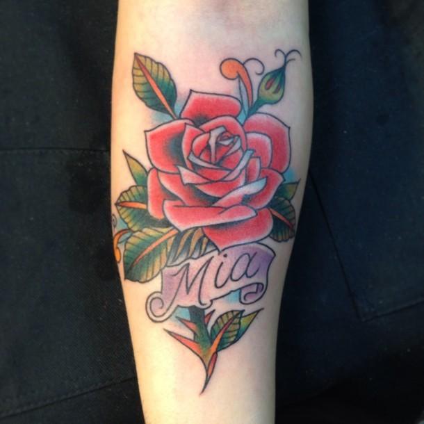 romantico stile colotato grande rosa con lettera tatuaggio su braccio