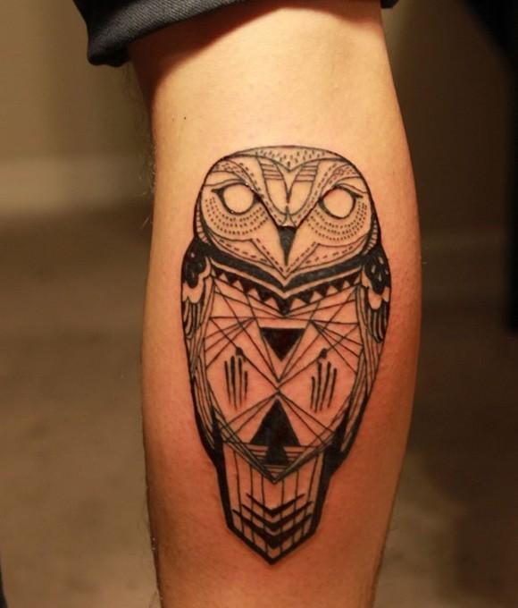 Tatuaje en la pierna, lechuza estilizada hermosa