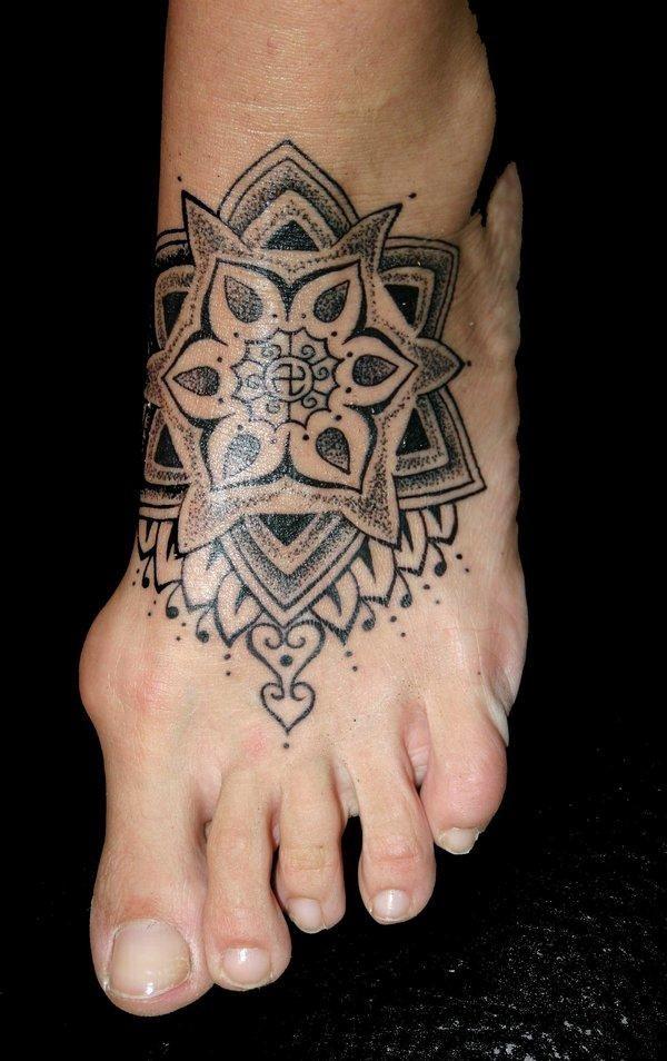 modello sacro tatuaggio inchiostro nero su piede di donna