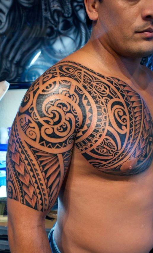 sacro polinesiano tatuaggio sulla spalla