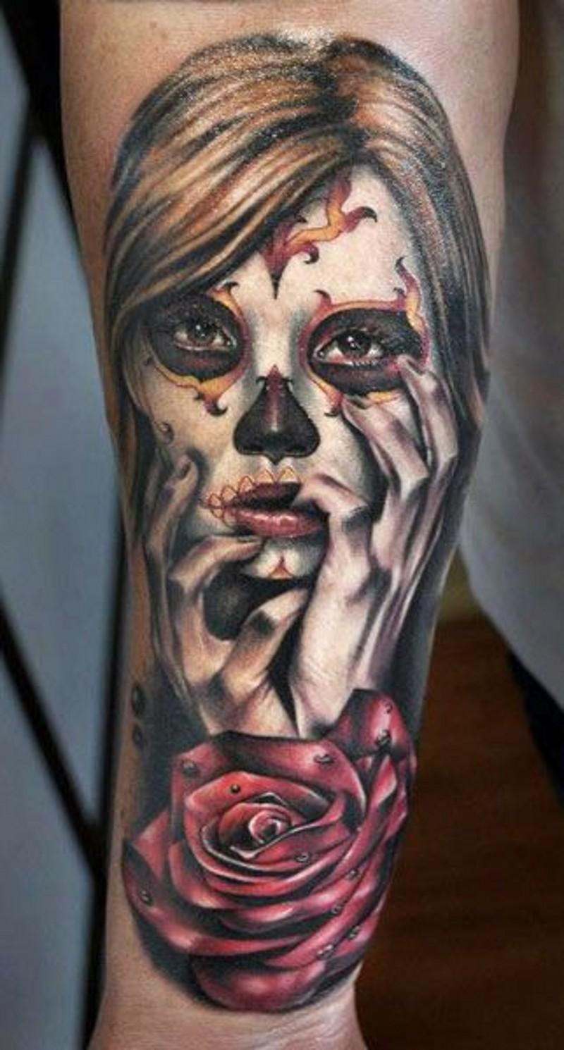 triste bellissima ragazza santa morte e rosa scura tatuaggio su braccio