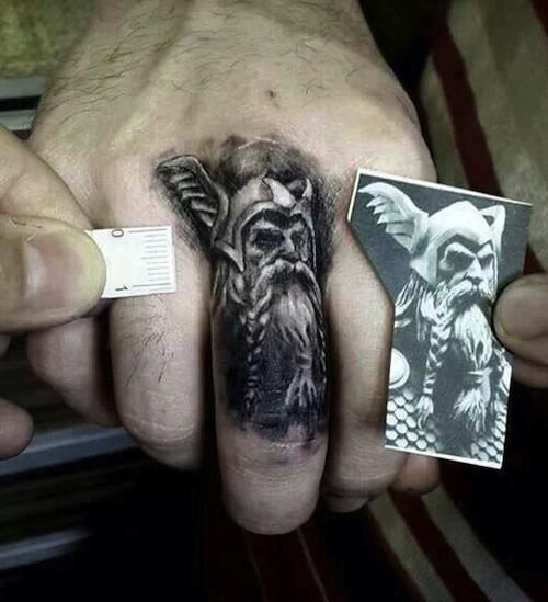scandinavo tatuaggio dio Odino tatuaggio sul dito