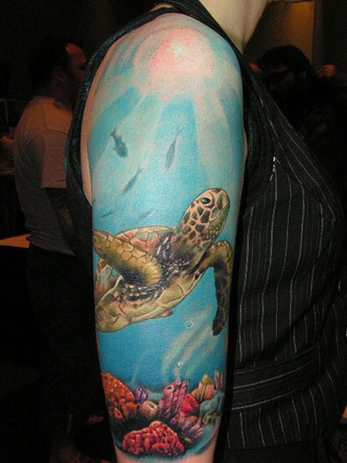 Tatuaggio bellissimo sul braccio la tartaruga nell&quotacqua
