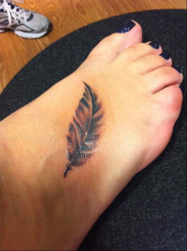 Tatuaje en el pie, pluma sencilla pequeña