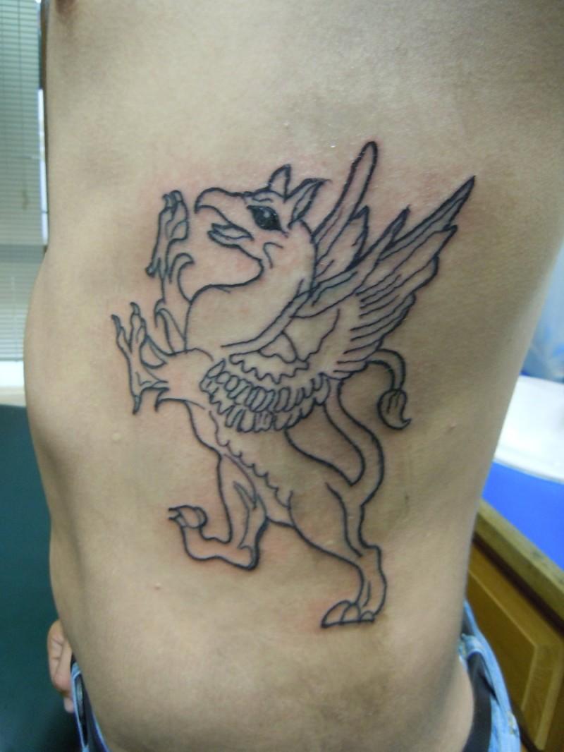 disegno contorno grifone con ali tatuaggio su lato di ragazzo