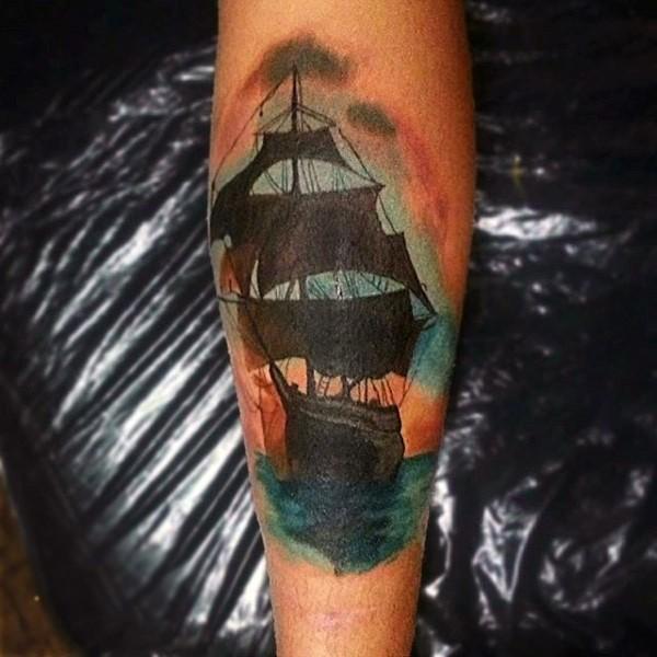bellissima barca antica su mare  dipinto colorato tatuaggio su braccio