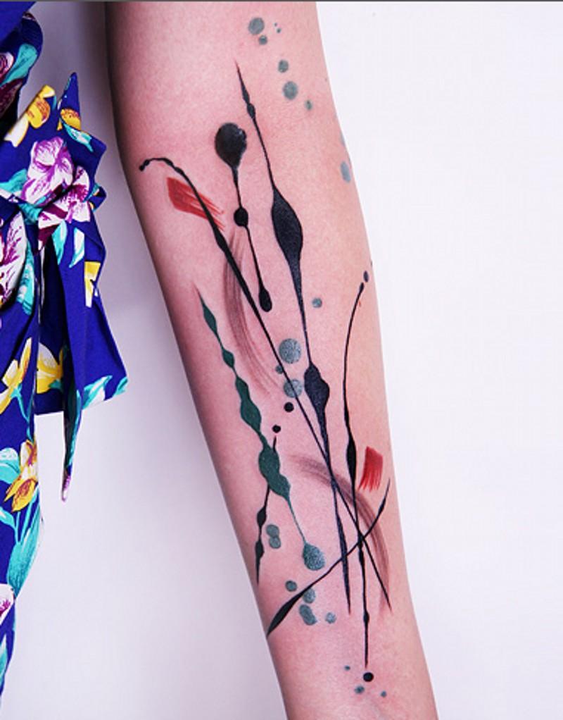 semplice astratto stile colorato tatuaggio su braccio