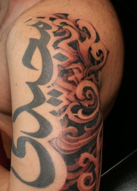 semplice grande inchiostro nero simbolo induismo tatuaggio su spalla