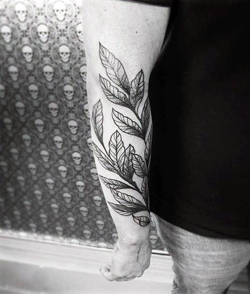Tatuaje en el antebrazo, hojas simples negro y blanco