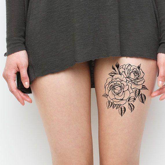 semplice inchiostro nero fiori tatuaggio su coscia