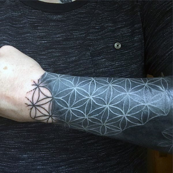 Tatuaje en el antebrazo, ornamento floral negro impresionante