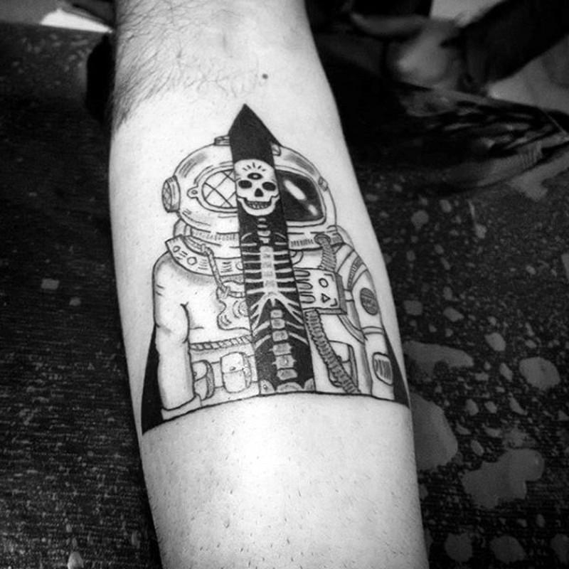 semplice inchiostro nero uomo meta astronauta meta tuffatore tatuaggio su braccio