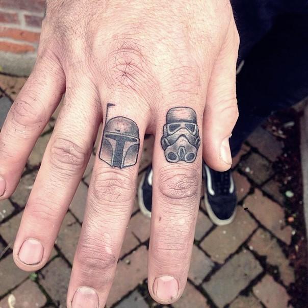 Tatuajes en los dedos, cascos diminutos de soldados de la guerra de las galaxias