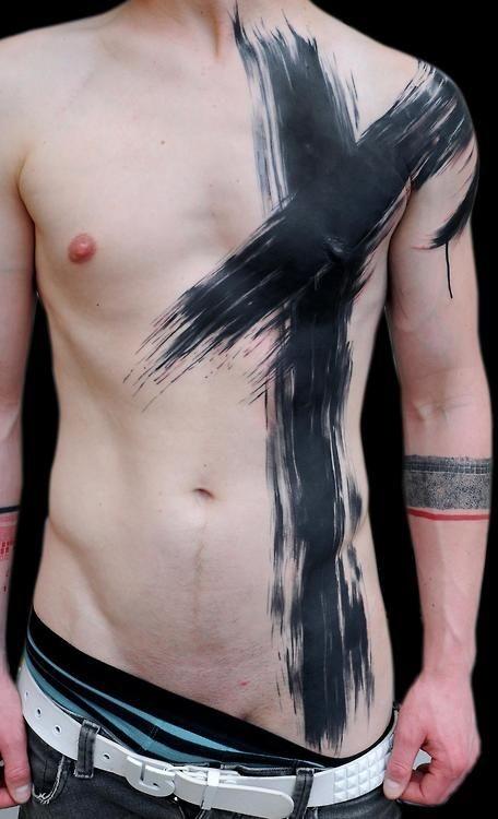 semplice disegno e dipinto grande  croce inchiostro nero sagomato tatuaggio su tutto petto e vita