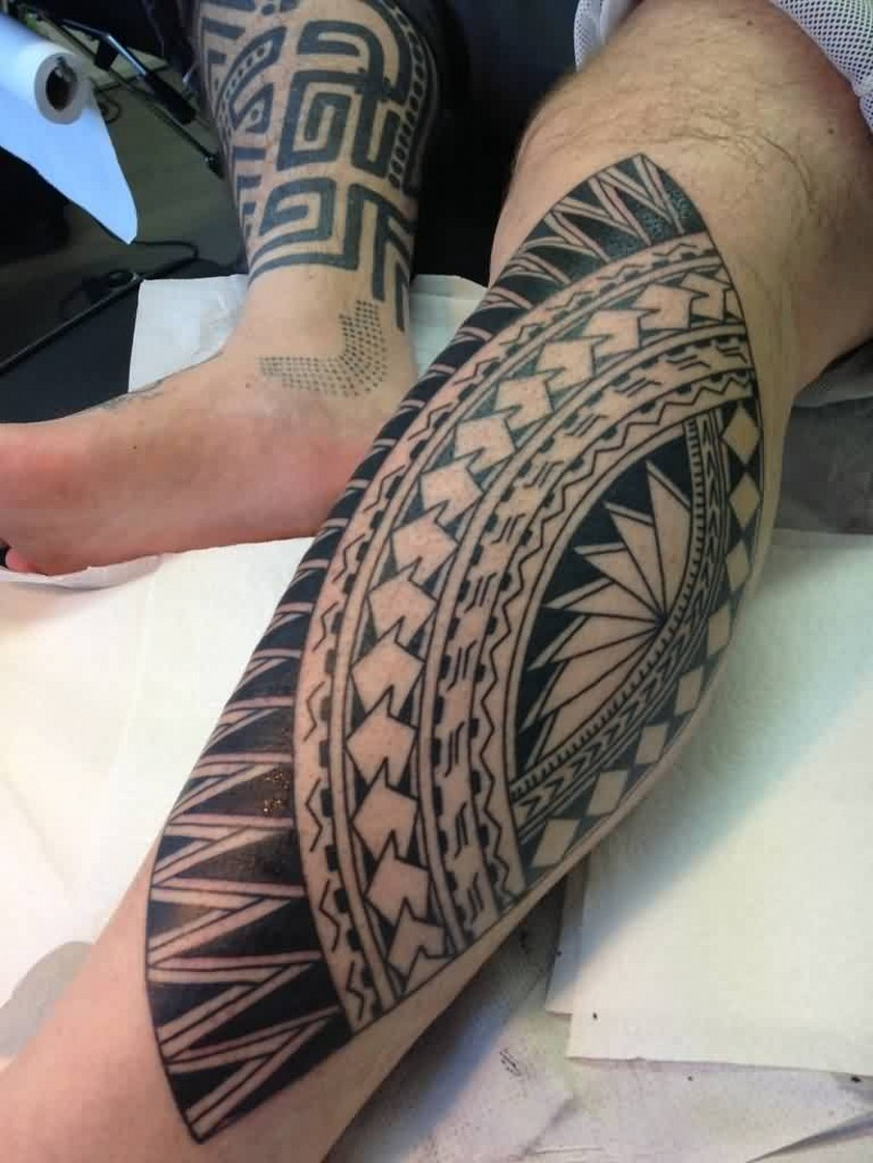 Simple designed black and white polynesian ornaments for Polynesian thigh tattoo
