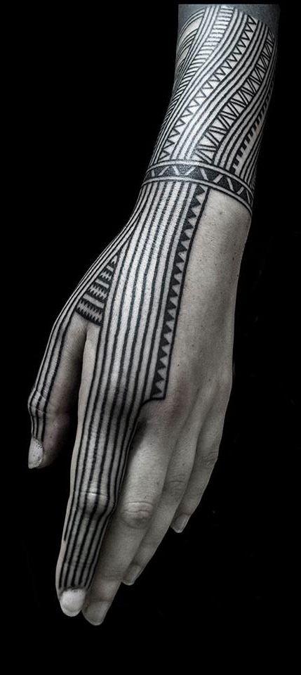 semplice disegno inchiostro nero Polinesiano ornamento tatuaggio su polso e dita