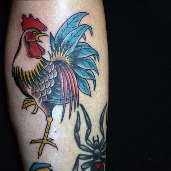 semplice vecchia scuola stile colorato divertente gallo tatuaggio su gamba