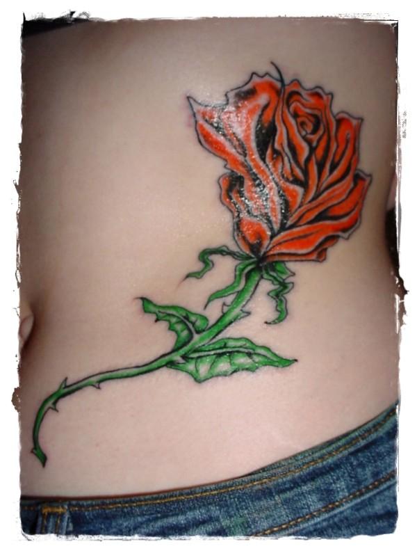 semplice dipinto colorato rosa tatuaggio su anca