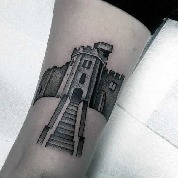 Tatuaje en el brazo, castillo antiguo gris