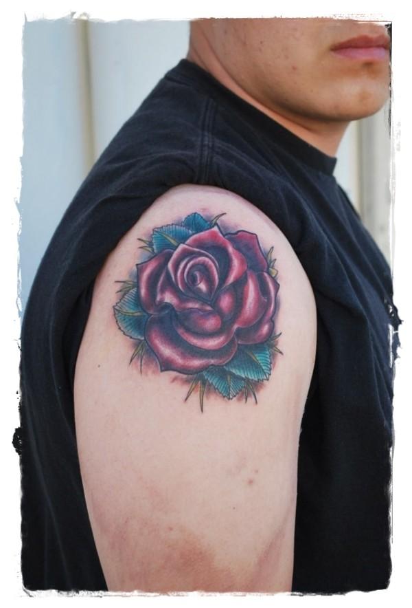 semplice dipinto piccola rosa rossa tatuaggio su spalla
