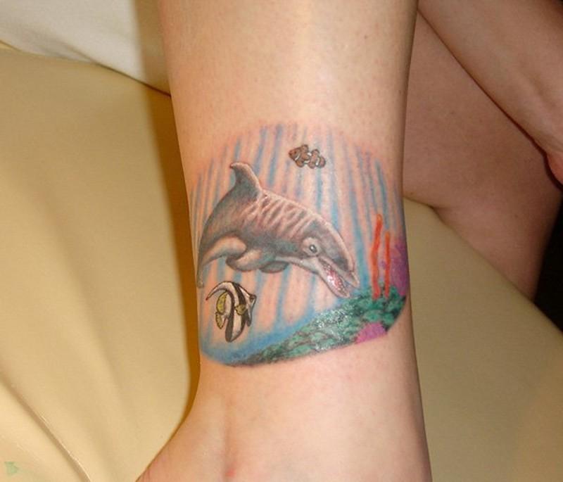 semplice colorato divertente delfino tatuaggio su caviglia