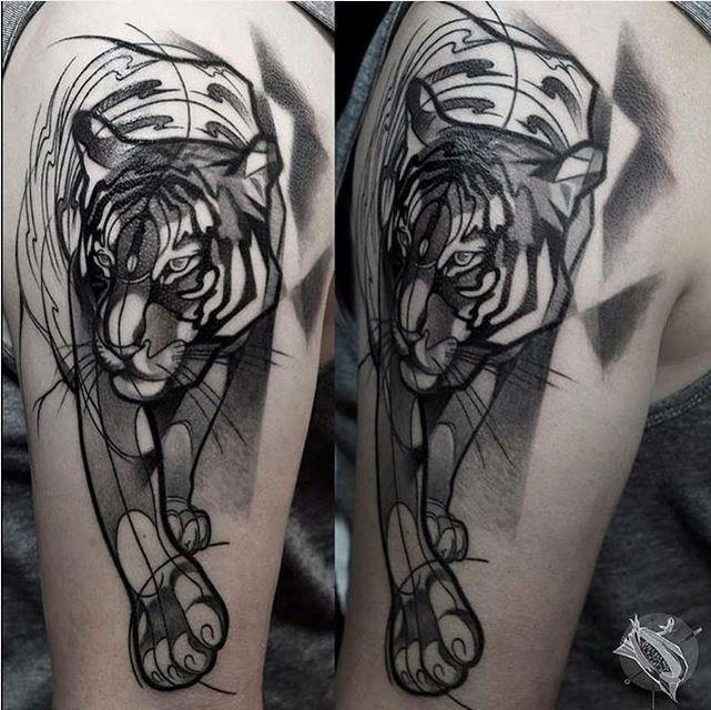Tatuaggio del tatuaggio del braccio superiore in inchiostro nero stile schizzo della tigre ferma