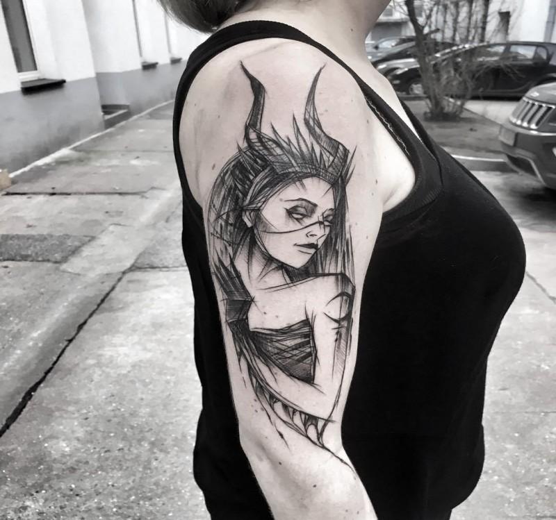Tatuaggio del braccio superiore di inchiostro nero stile schizzo di donna demoniaca