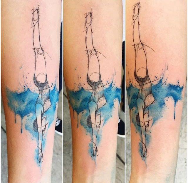 Tatuaggio di braccio colorato stile schizzo di donna sub
