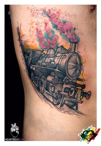 Tatuaggio laterale colorato stile schizzo del treno a vapore stilizzato con cuori