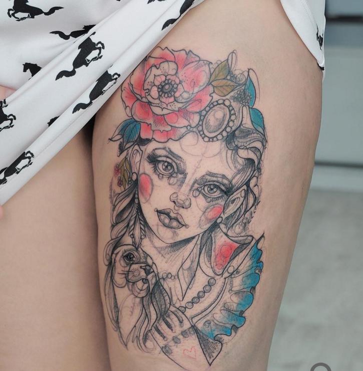 Skizzestil farbiger Oberschenkel Tattoo der Frau mit Hund und Blumen