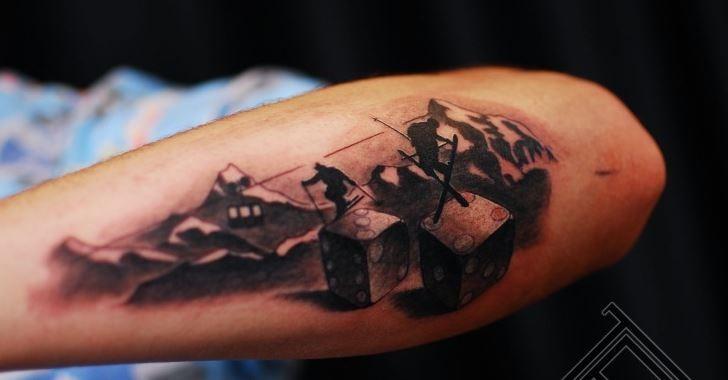 sciatore in montagna e ossa diavoli tatuaggio avambraccio tatuaggio