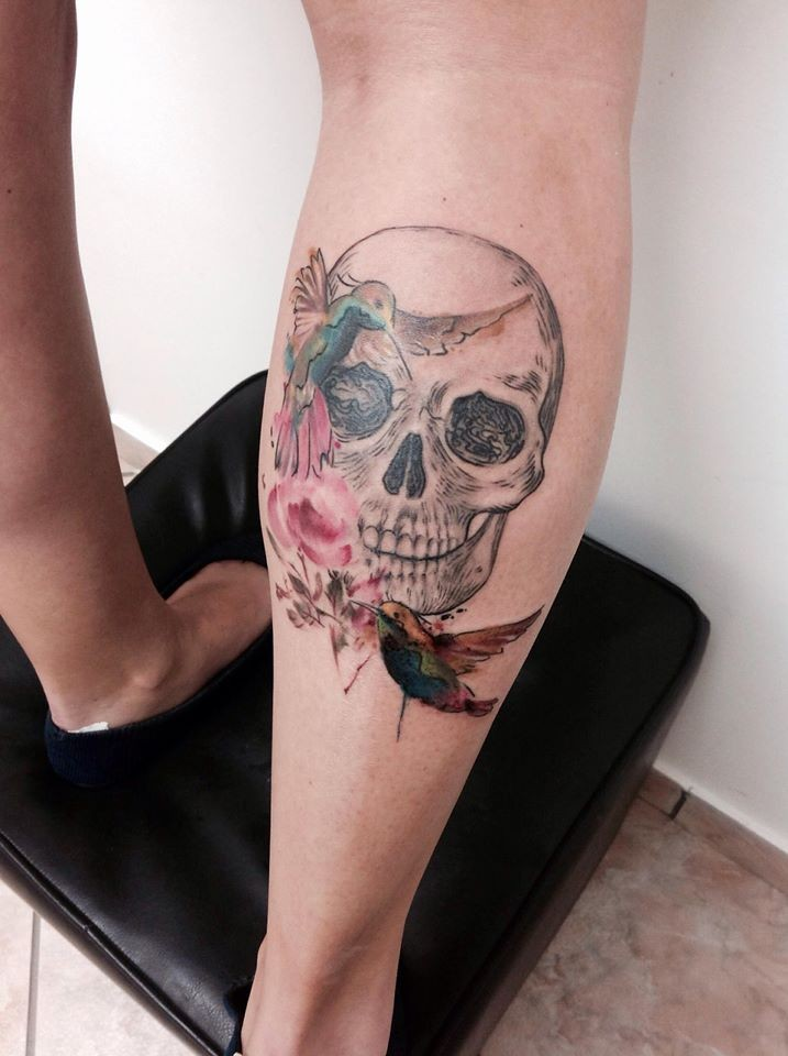 Skull and hummingbirds tattoo on leg by Cassio Magne