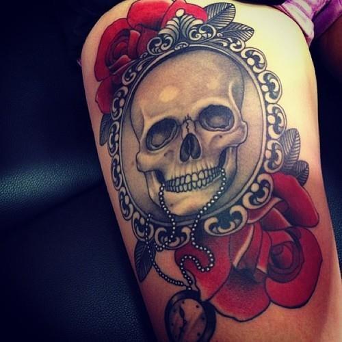 Tatuaje  de cráneo en el marco y rosas rojas