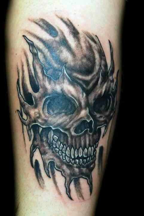 Tatuaggio impressionante sulla gamba il teschio terribile