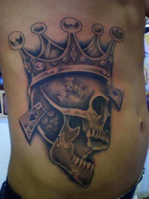 corona su cranio tatuaggio su costolette
