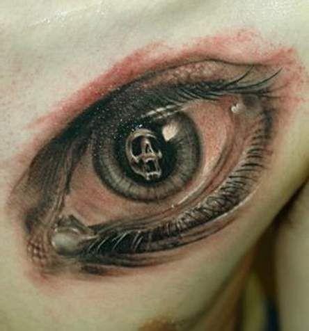Tatuaggio bellissimo sul petto l&quotocchio