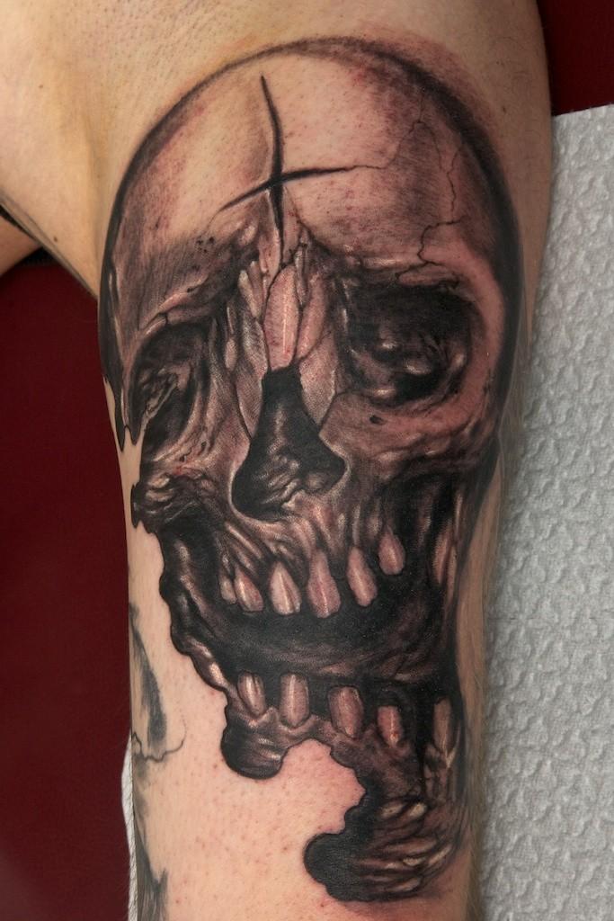 Tatuaggio sul braccio il teschio