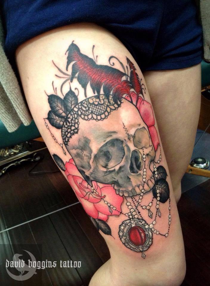 cranio con gioielli e rose rose tatuaggio sulla coscia di David Boggins