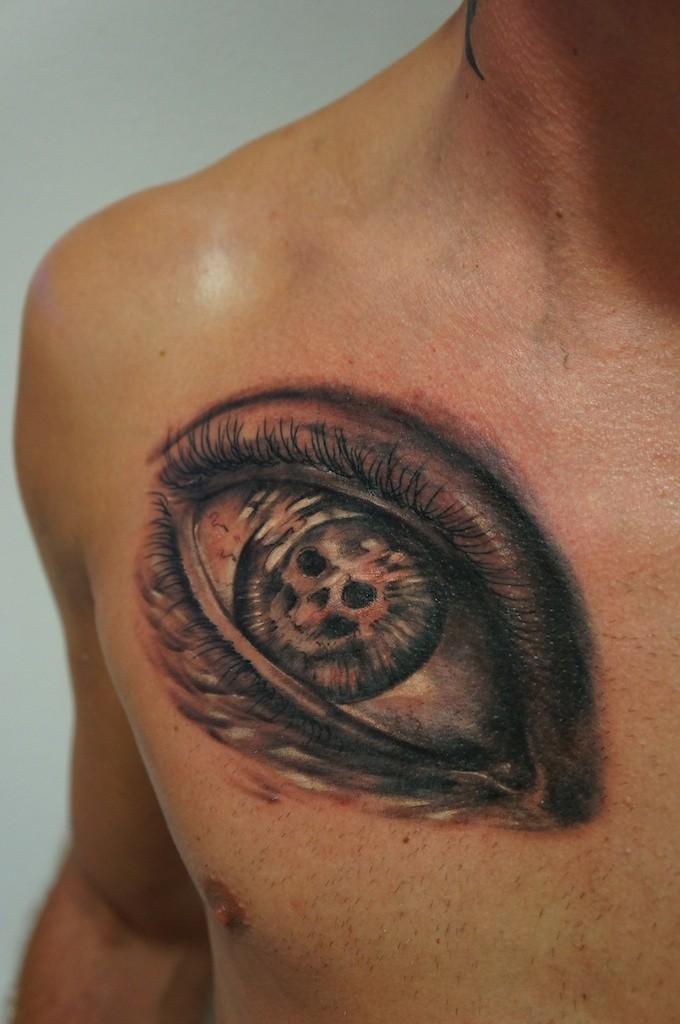 Tatuaggio colorato sul petto l&quotocchio grande