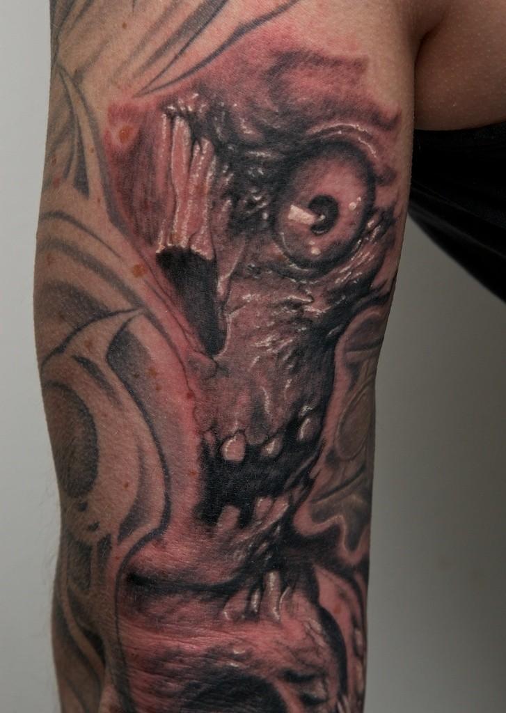 Tatuaggio mostruoso sul braccio il teschio