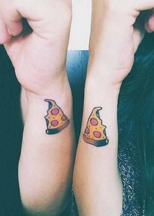piccoli segni pizza  d&quotamicizia su due polsi tatuaggio colorato