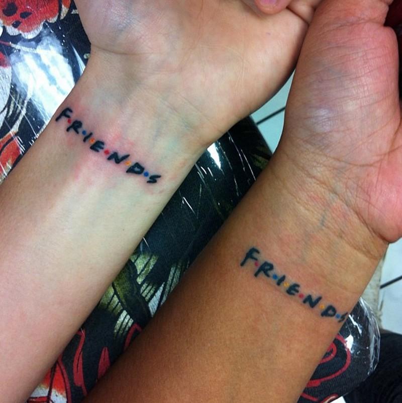 piccola scrittura amicizia tatuaggio su due polsi