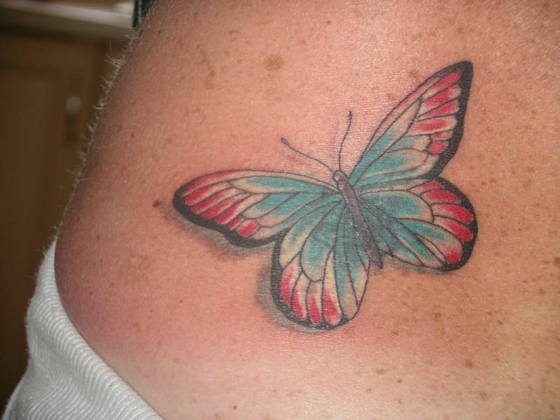 piccola farfalla su parte bassa della schiena tatuaggio disegno per ragazza