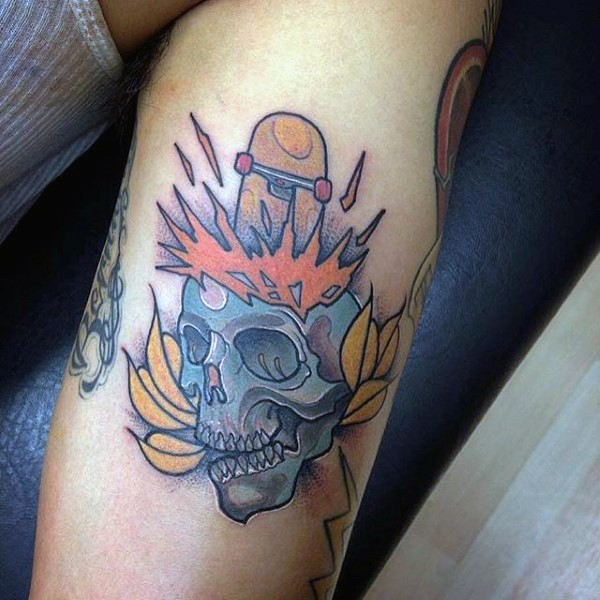 Small old school style colored skull with skateboard